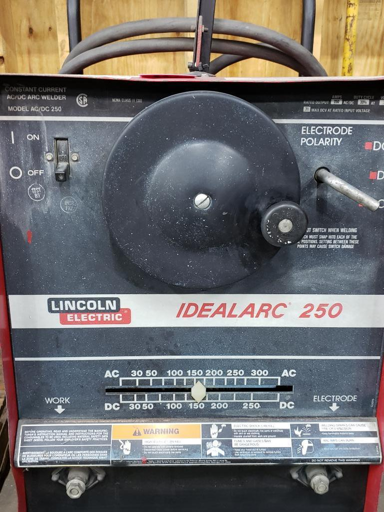 Lincoln welder Idealarc 250 AC/DC arc welder. - Image 2 of 3