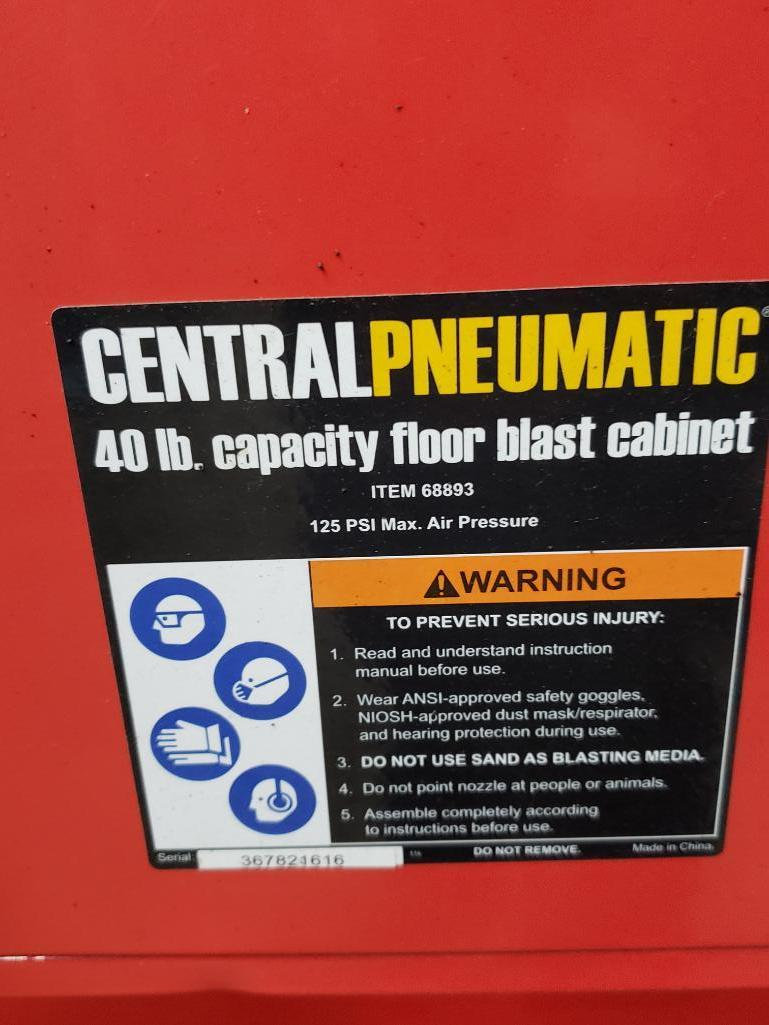 Central Pneumatic 40lb capacity floor sand blasting cabinet. - Image 3 of 4