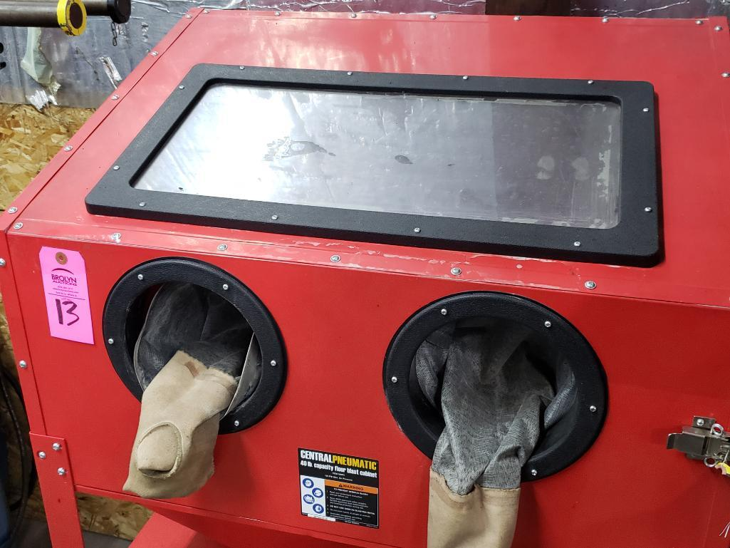 Central Pneumatic 40lb capacity floor sand blasting cabinet. - Image 2 of 4