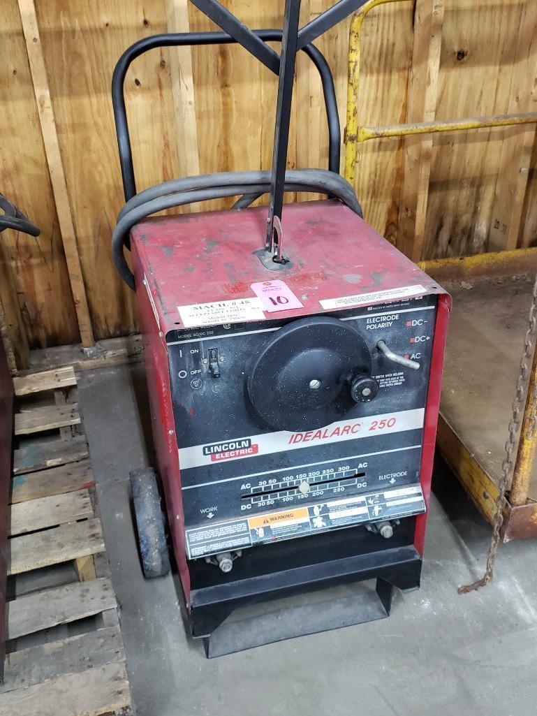 Lincoln welder Idealarc 250 AC/DC arc welder.
