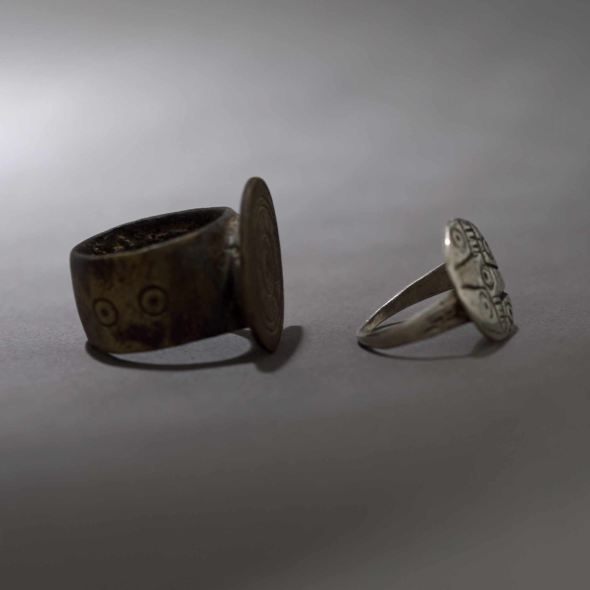 Pair of engagement rings, decorated with cross motif and solar motifs, the Land of the Hutsuls, 19th - Bild 2 aus 2