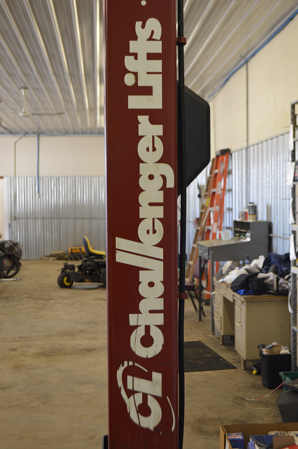 CHALLENGER LIFT MADE IN 2014 10K LB FREESTANDING CAR LIFT - Image 2 of 4