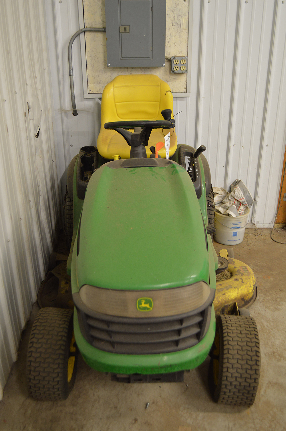 JOHN DEERE 100 SERIES RIDING LAWN TRACTOR, HYDROSTATIC, NEEDS BATTERY - Image 2 of 2