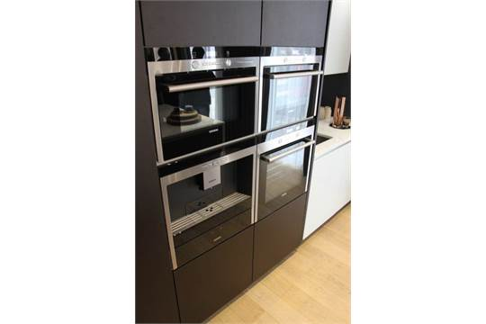 A complete commodore kitchen comprising of base and wall for Complete kitchen base units