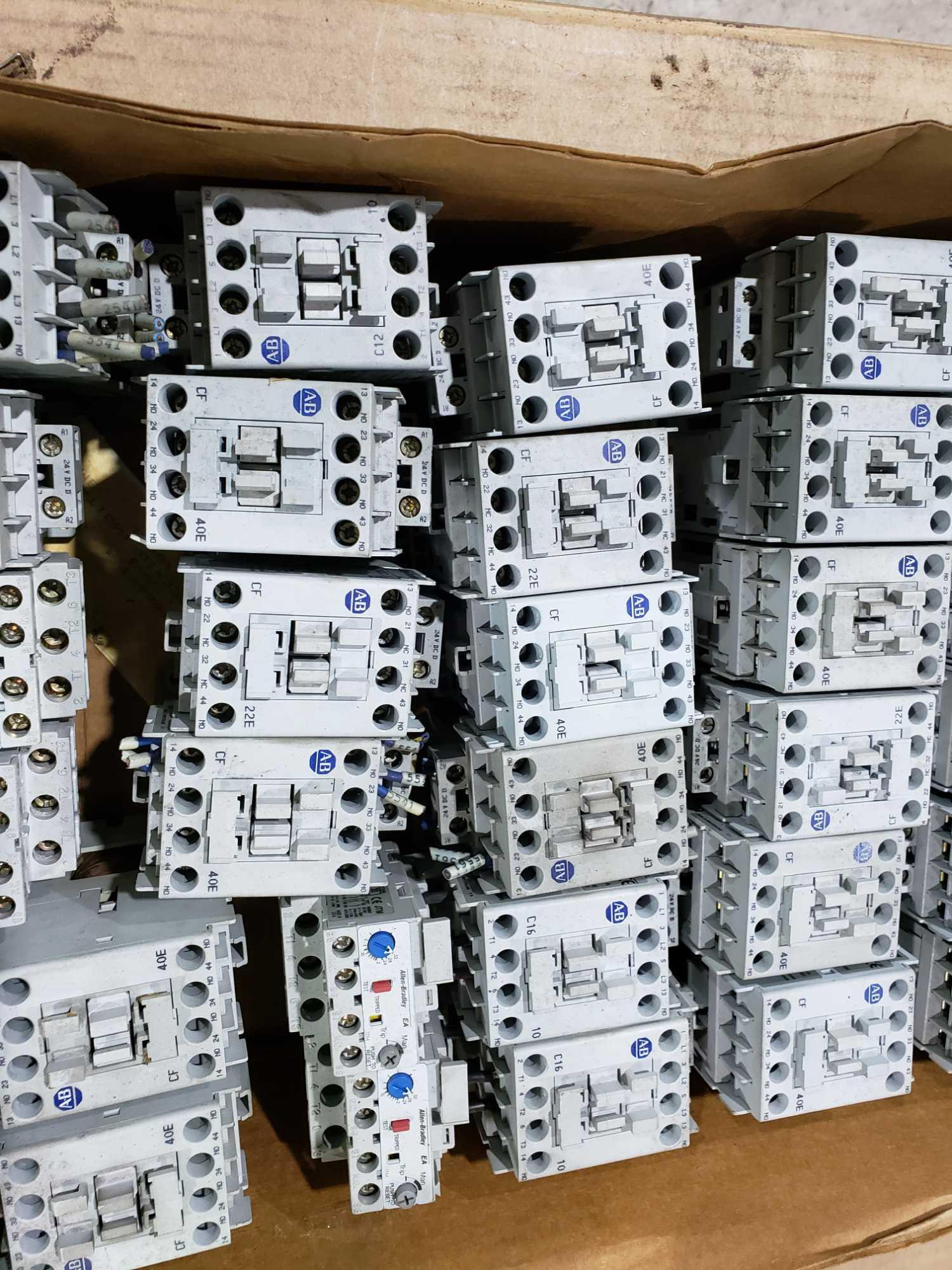 Lotto 32 - Large Qty of Allen Bradley Contactors in assorted sizes and part numbers.