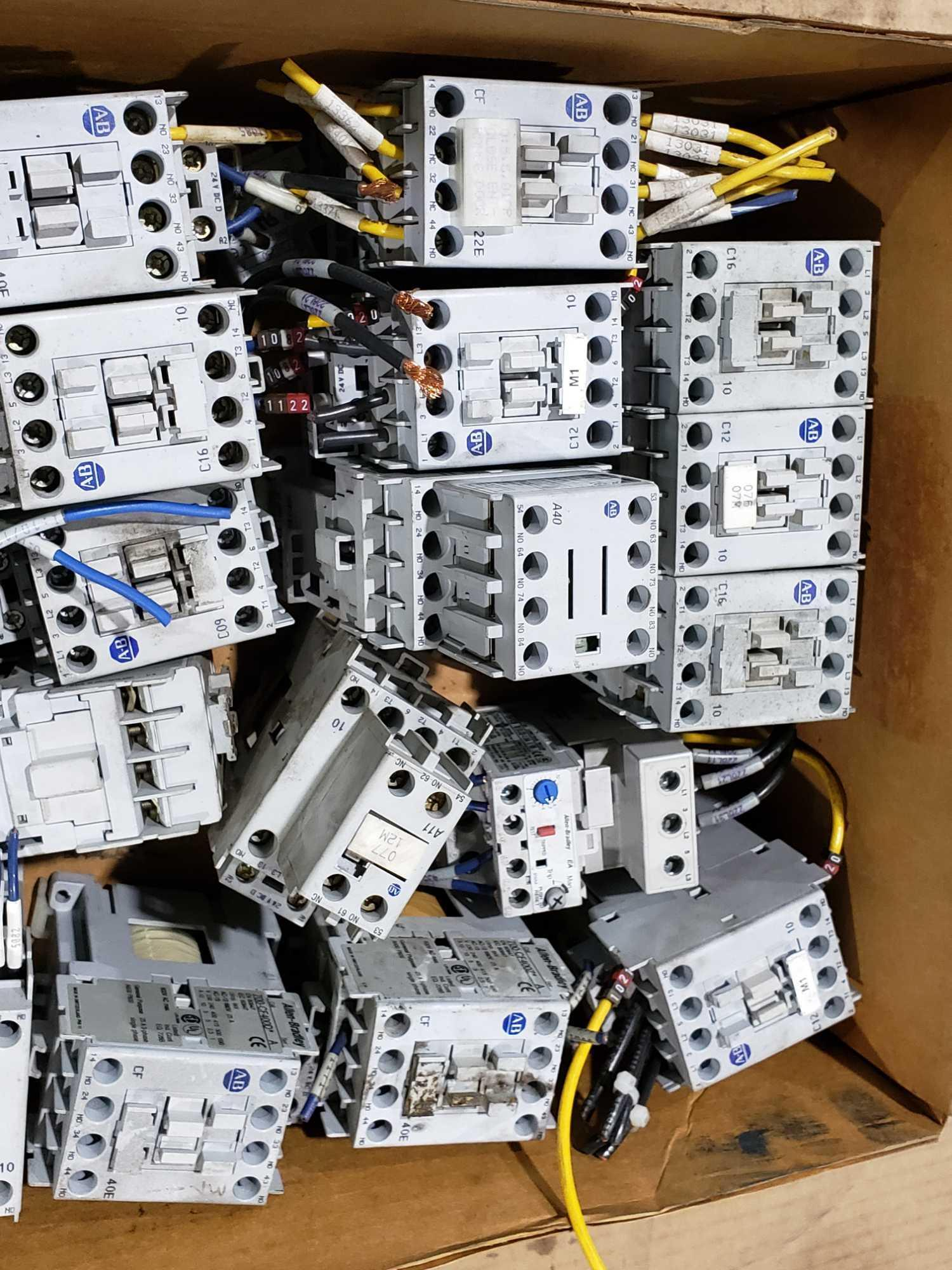 Lotto 36 - Large Qty of Allen Bradley Contactors in assorted sizes and part numbers.