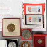 Konvolut Medaillen und Gedenkblatt Feliks Dzierzynski 1 x reliefiert gearbeitete Ehrenmedaille,