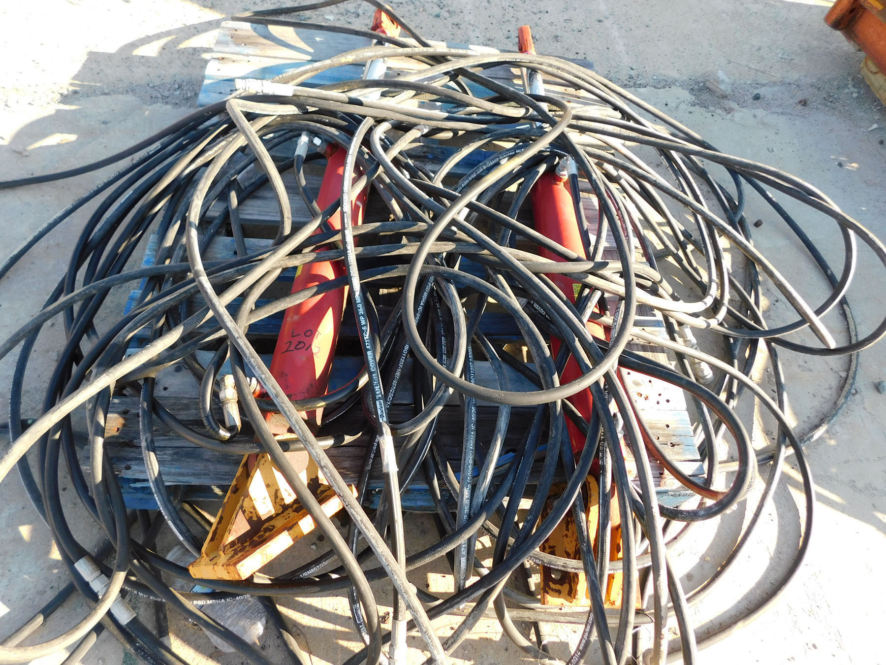Lot 2012 - PALLET OF HYDRAULIC HOSES & CYLINDERS