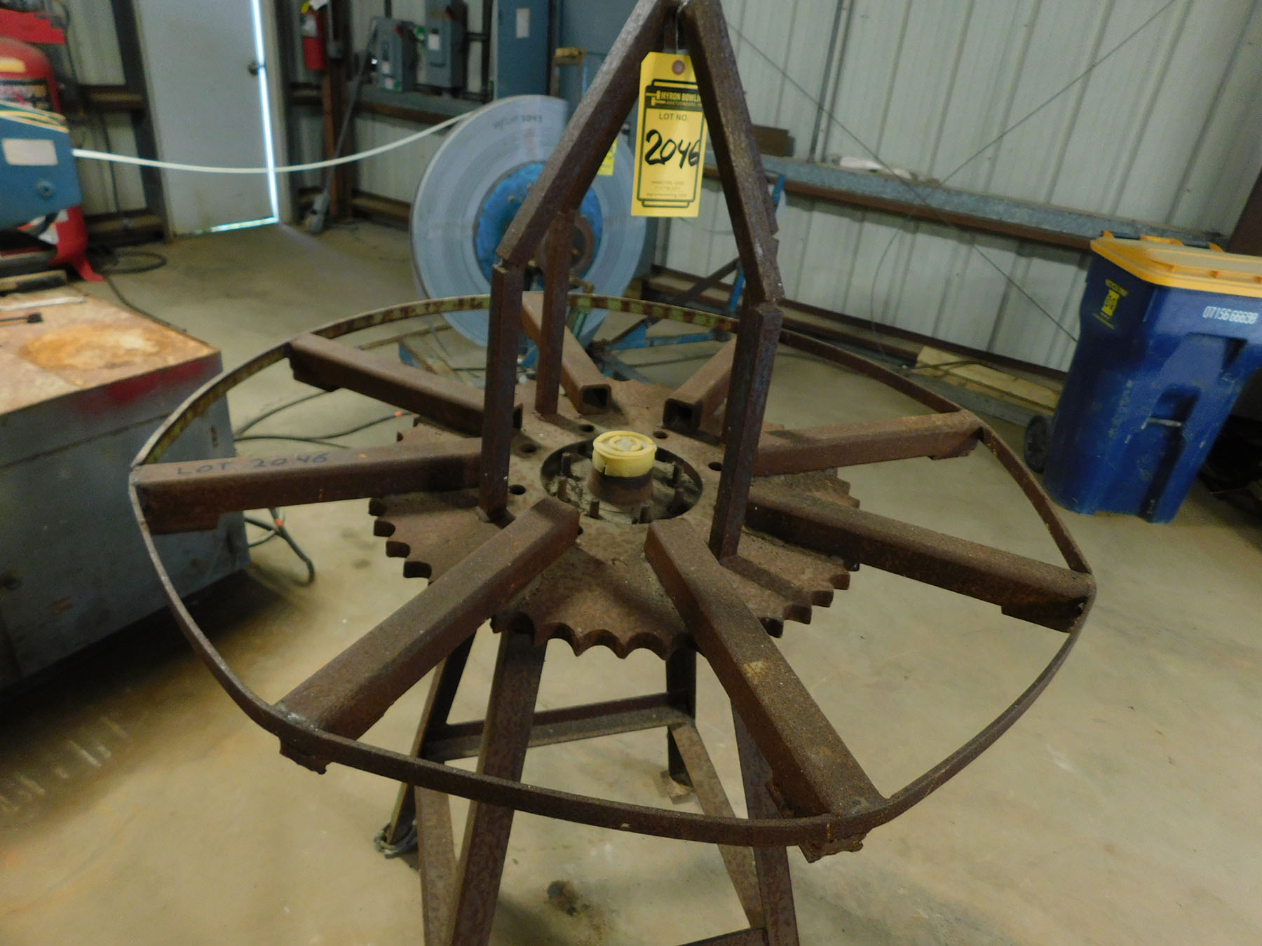 Lot 2046 - SPINNING WIRE HOLDER