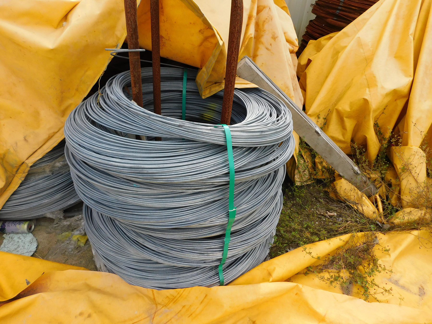 Lot 2058 - LOT OF MISC. GAUGED GALVANIZED WIRE & RACKS