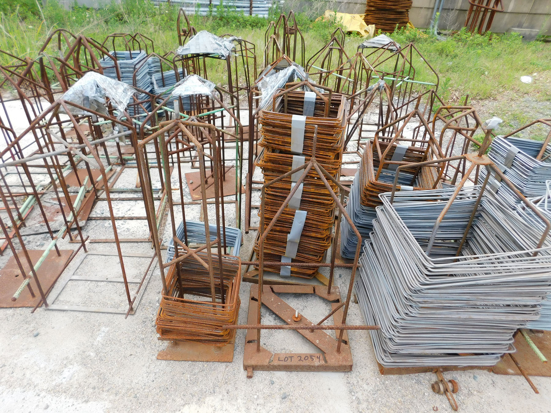 Lot 2054 - LOT OF MISC. WIRE & STEEL ALONG RETAINER WALL)