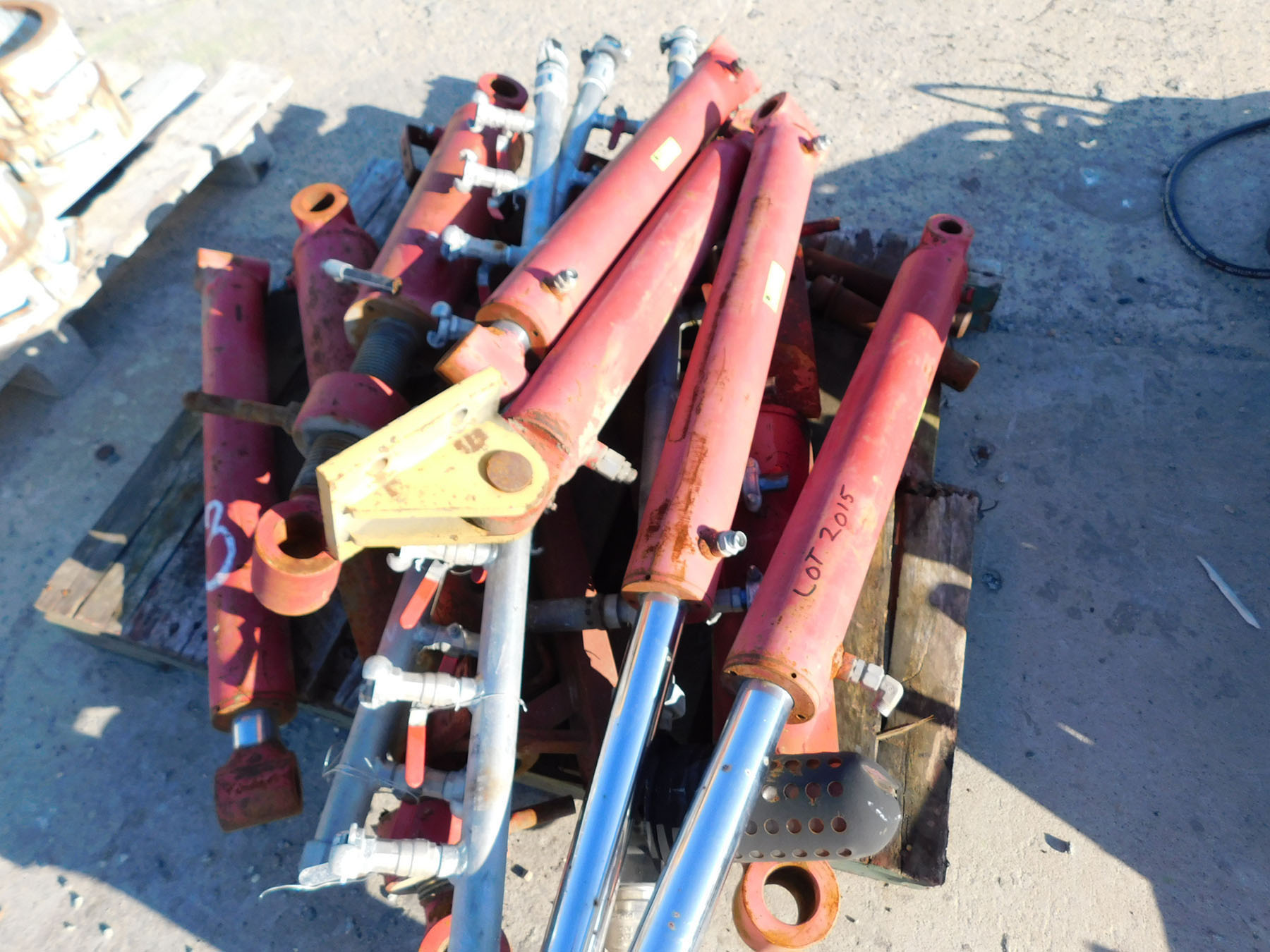 Lot 2015 - PALLET OF HYDRAULIC CYLINDERS