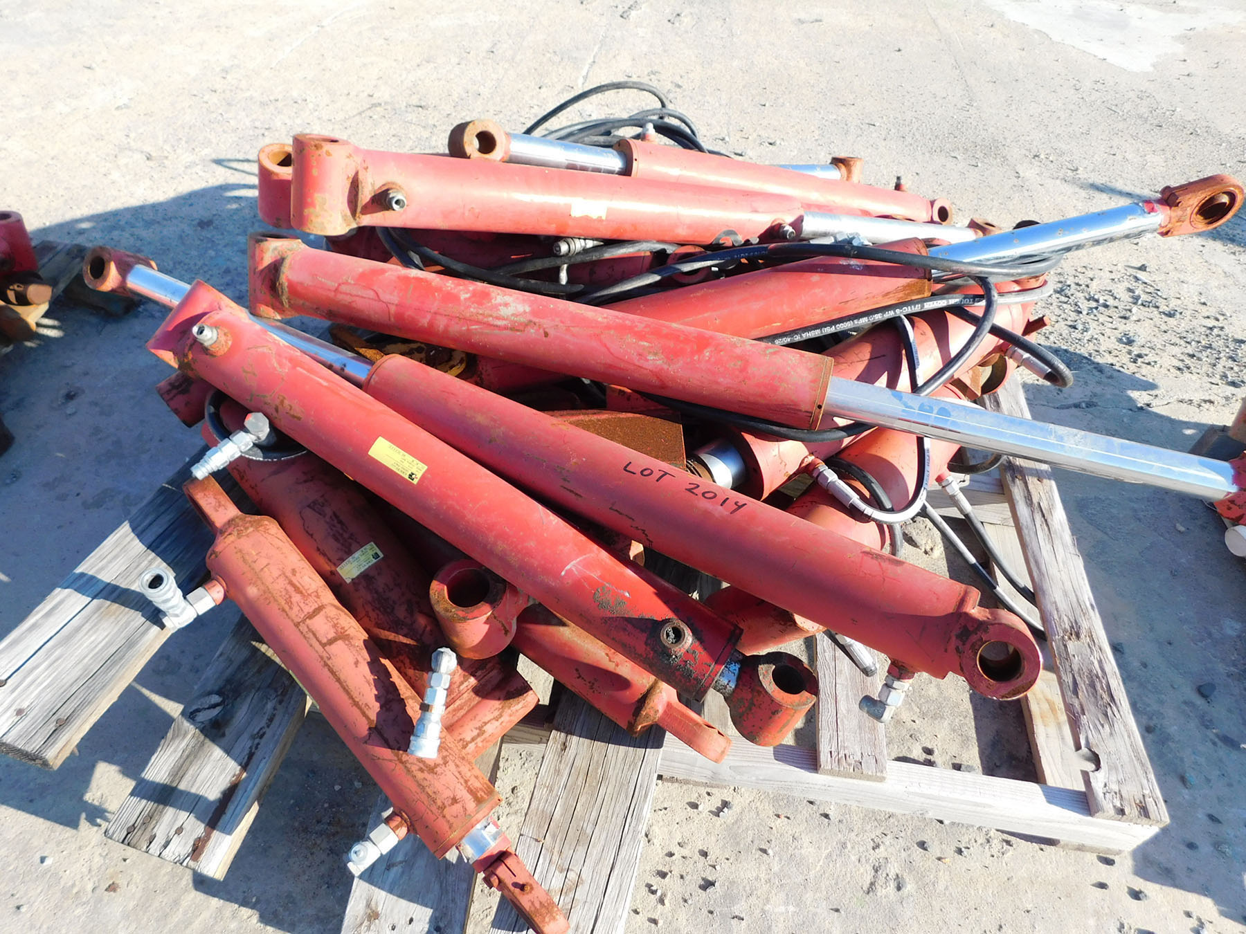 Lot 2014 - PALLET OF HYDRAULIC CYLINDERS