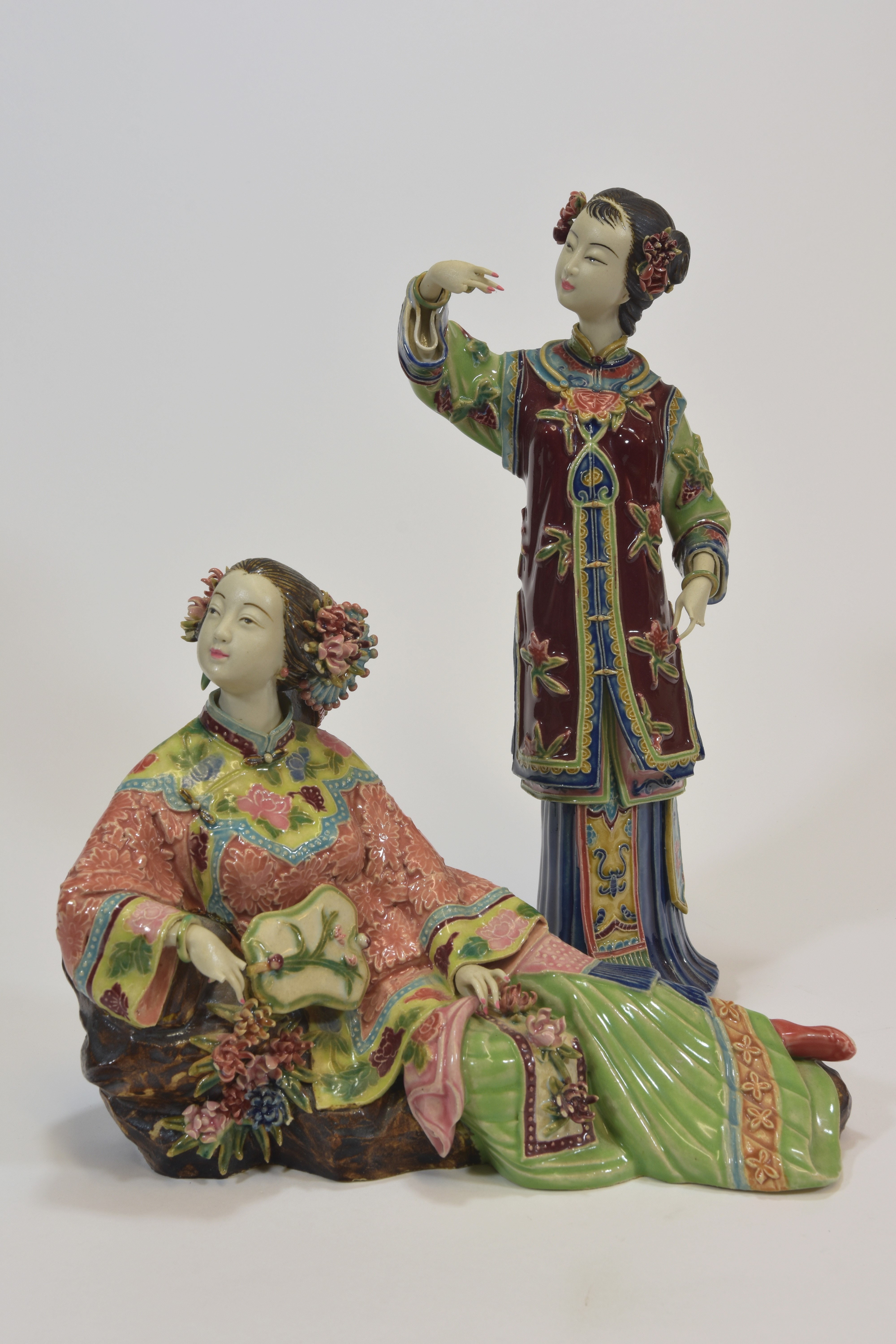Lot 14 - Two chinese Famille rose figures of ladies 24cm and 25cm tall (2)文革時期 粉彩仕女兩件