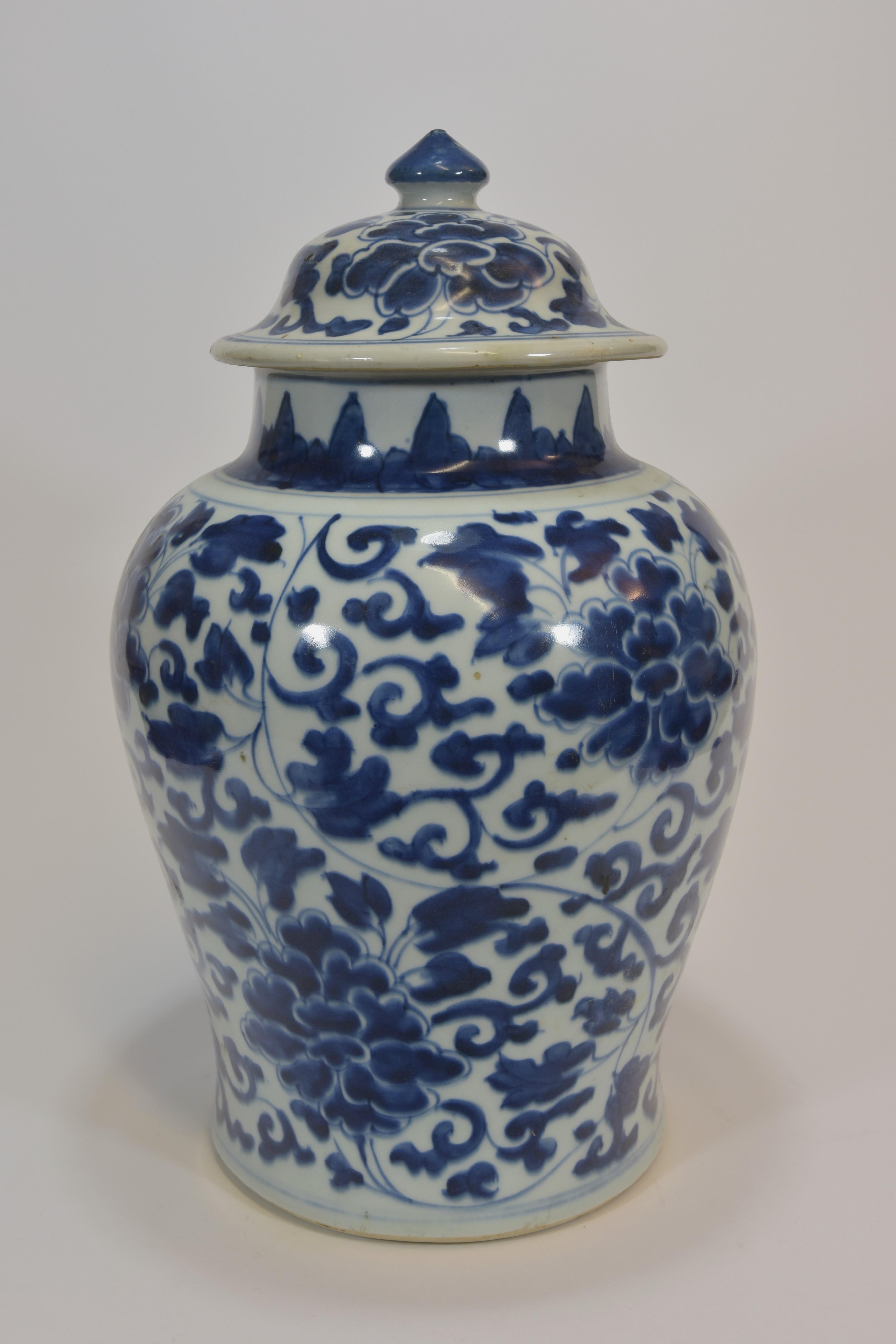 Lot 36 - A Kangxi blue and white jar with cover 39cm清 十九世紀 青花纏枝蓮大罐