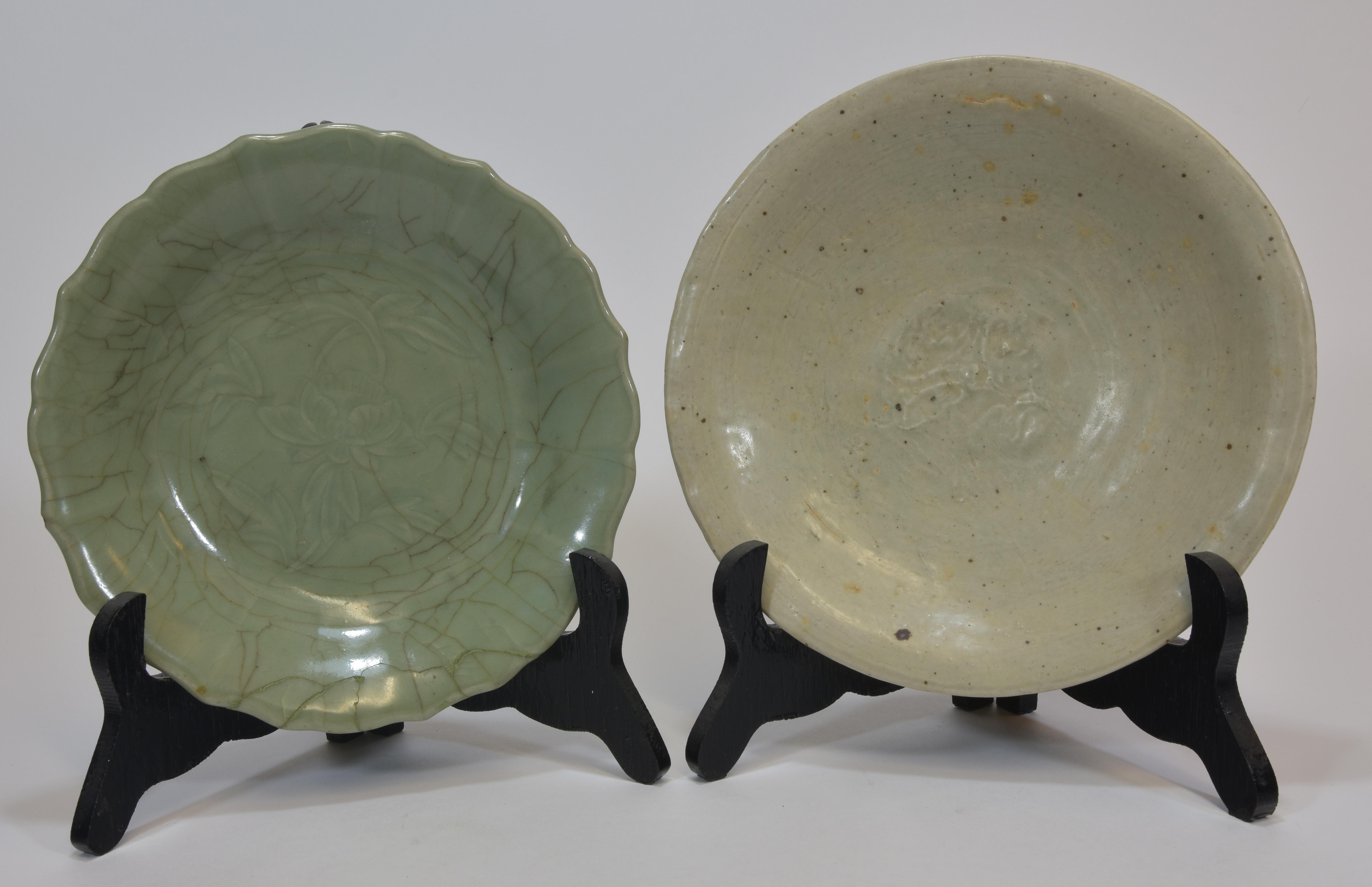 Lot 26 - Two Ming dynasty celadon dishes 20cm (2) 明朝時期 龍泉碟