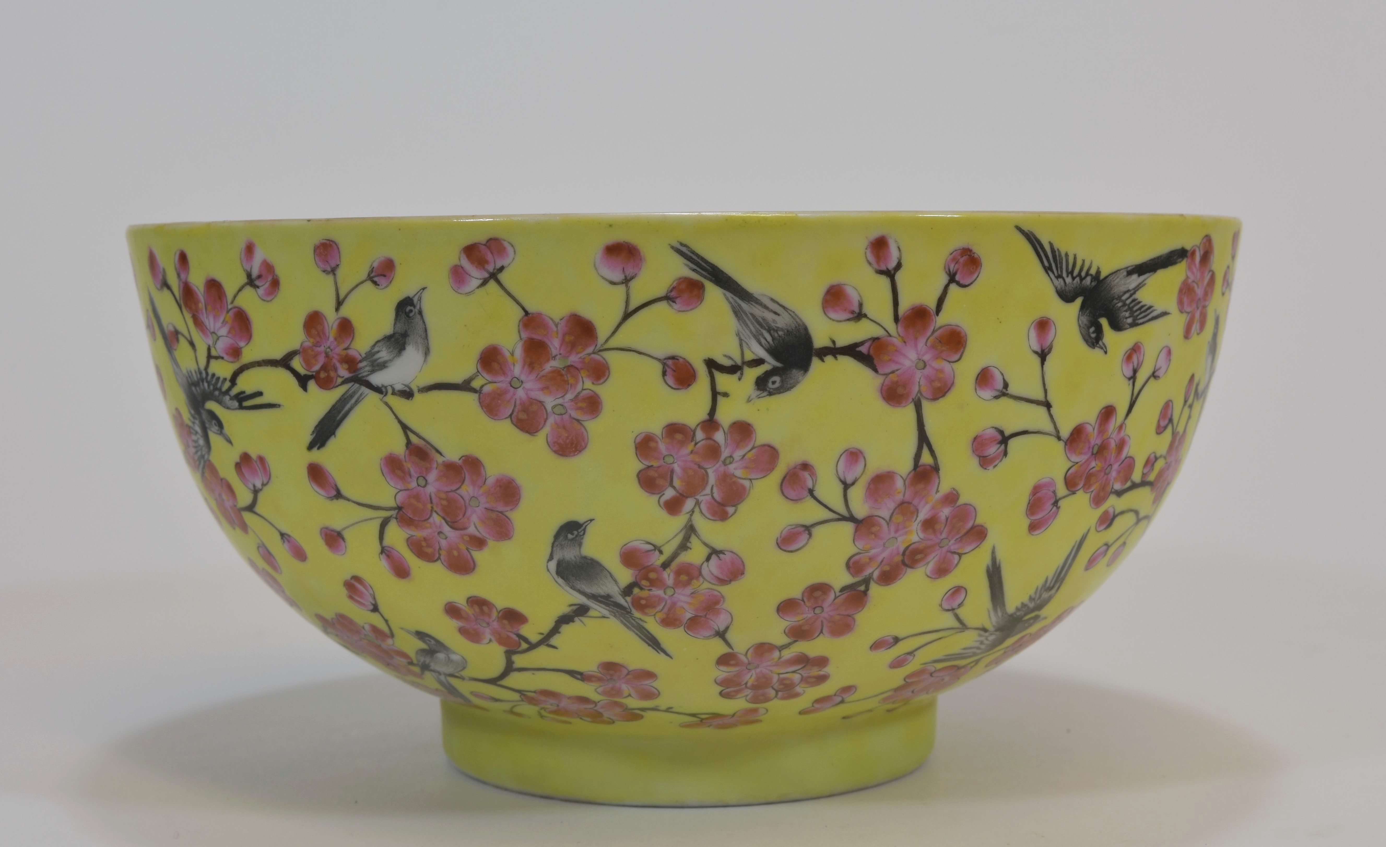 Lot 27 - A 19th century yellow glazed bowl with twenty-two magpies. Mark and period of Tongzhi 18cm清 同治時期