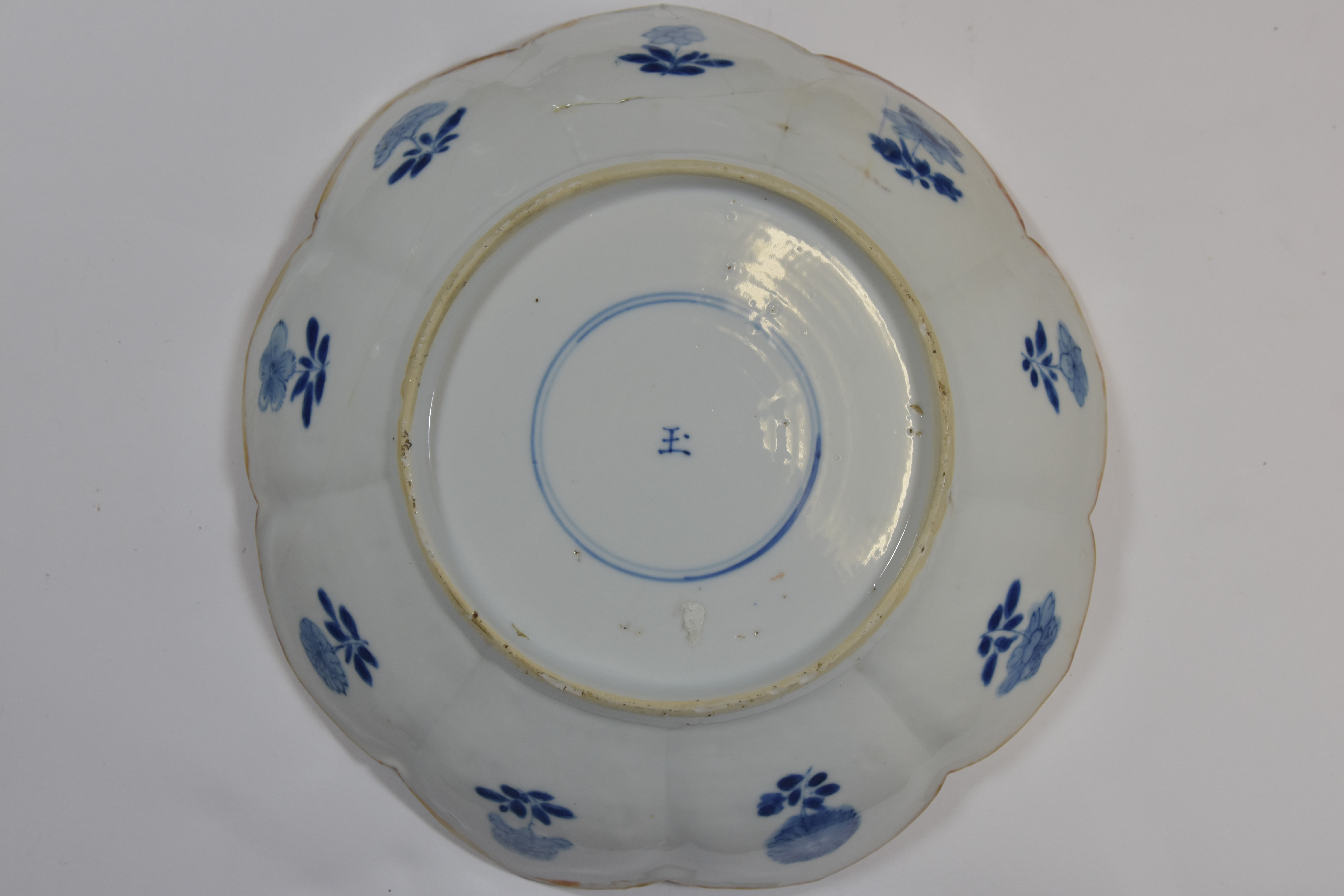Lot 47 - A group of four blue and white dishes KangxiI period and later 15-23cm (4) 康熙時代或遲 青花碟共肆件