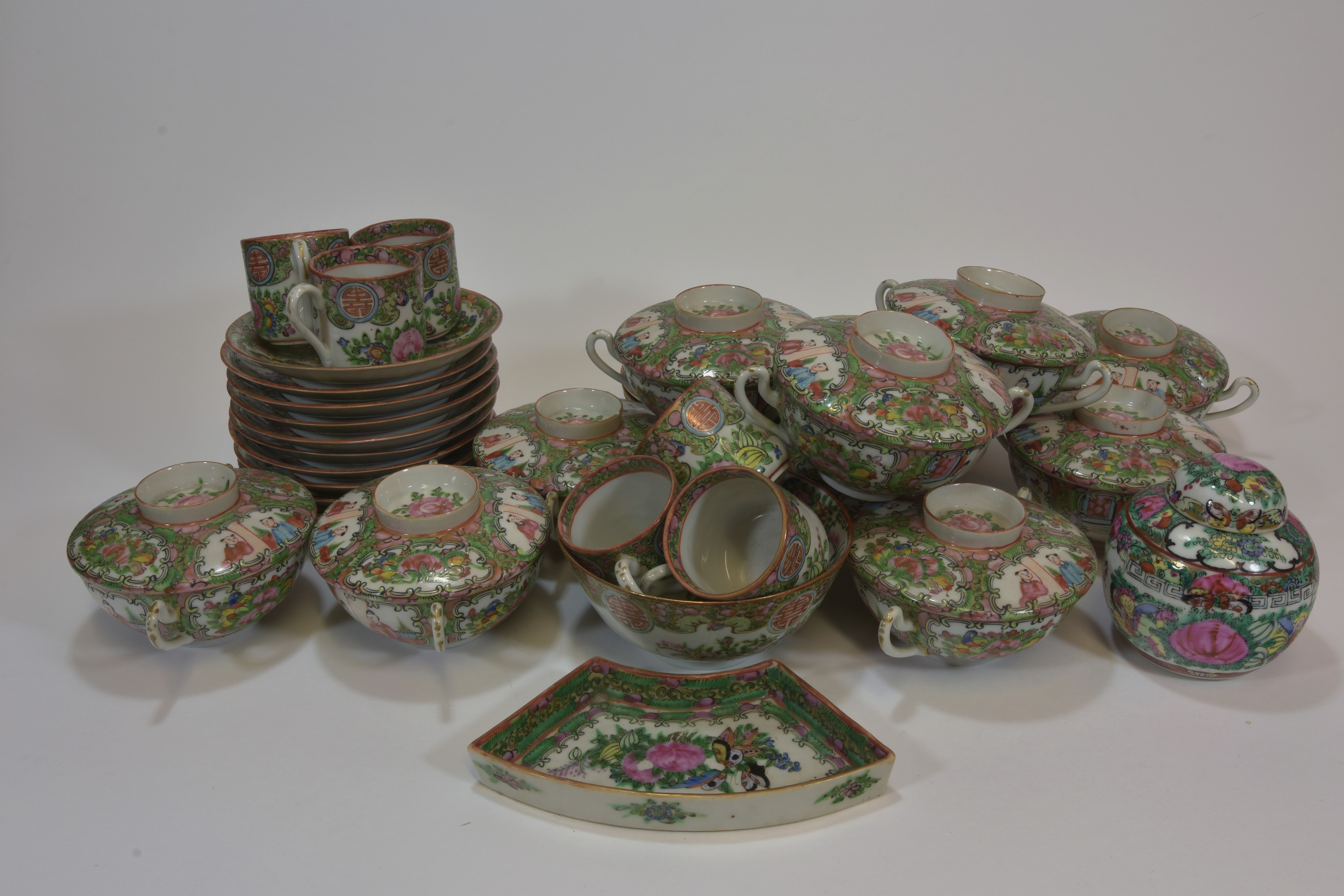 Lot 56 - A 20th century Cantonese dinner set (49pcs)民國時期 廣彩瓷一批