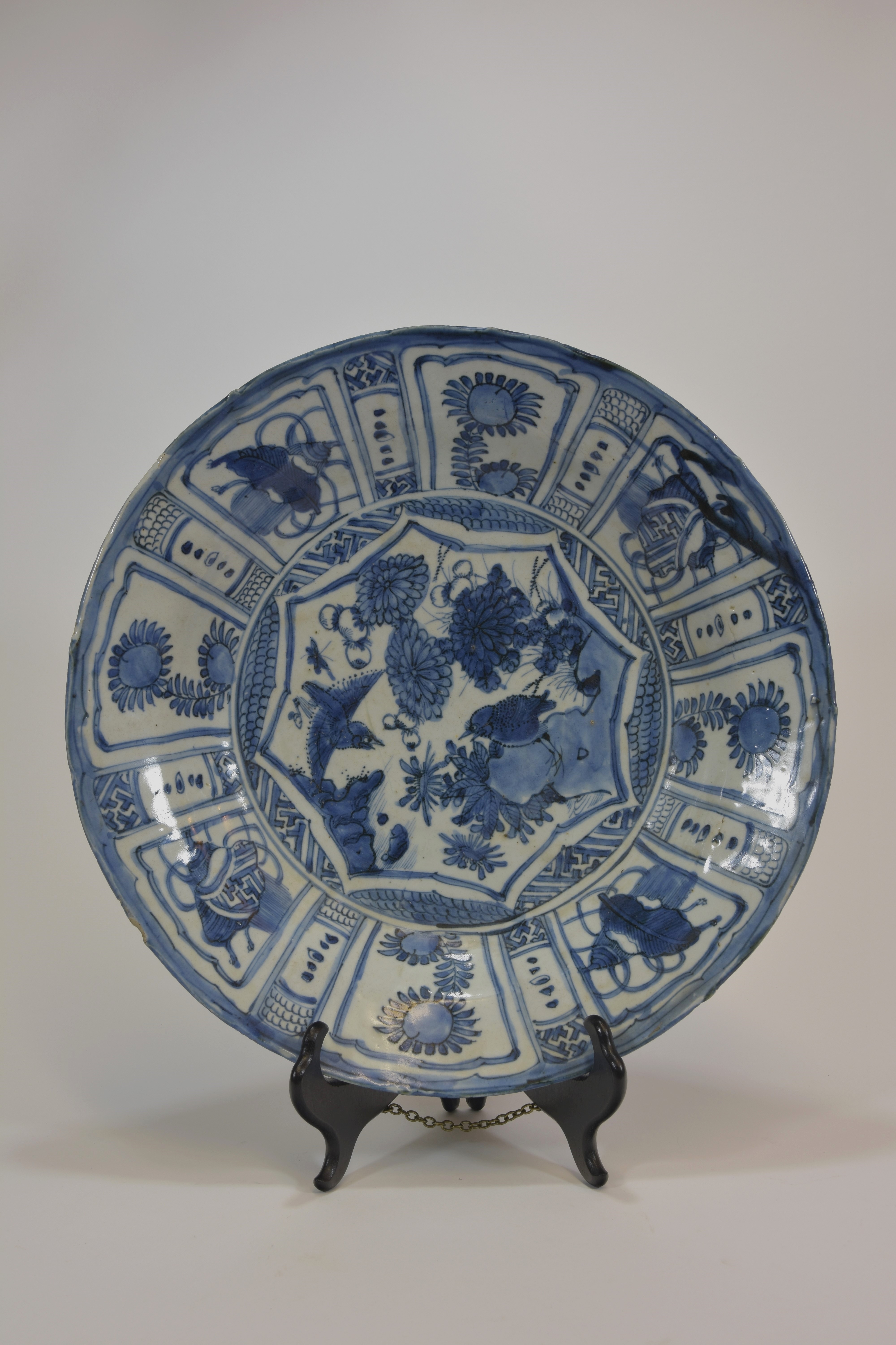 Lot 5 - A 17th Ming dynasty blue and white Kraak dish 35cm diameter明 十七世紀 青花花鳥大碟