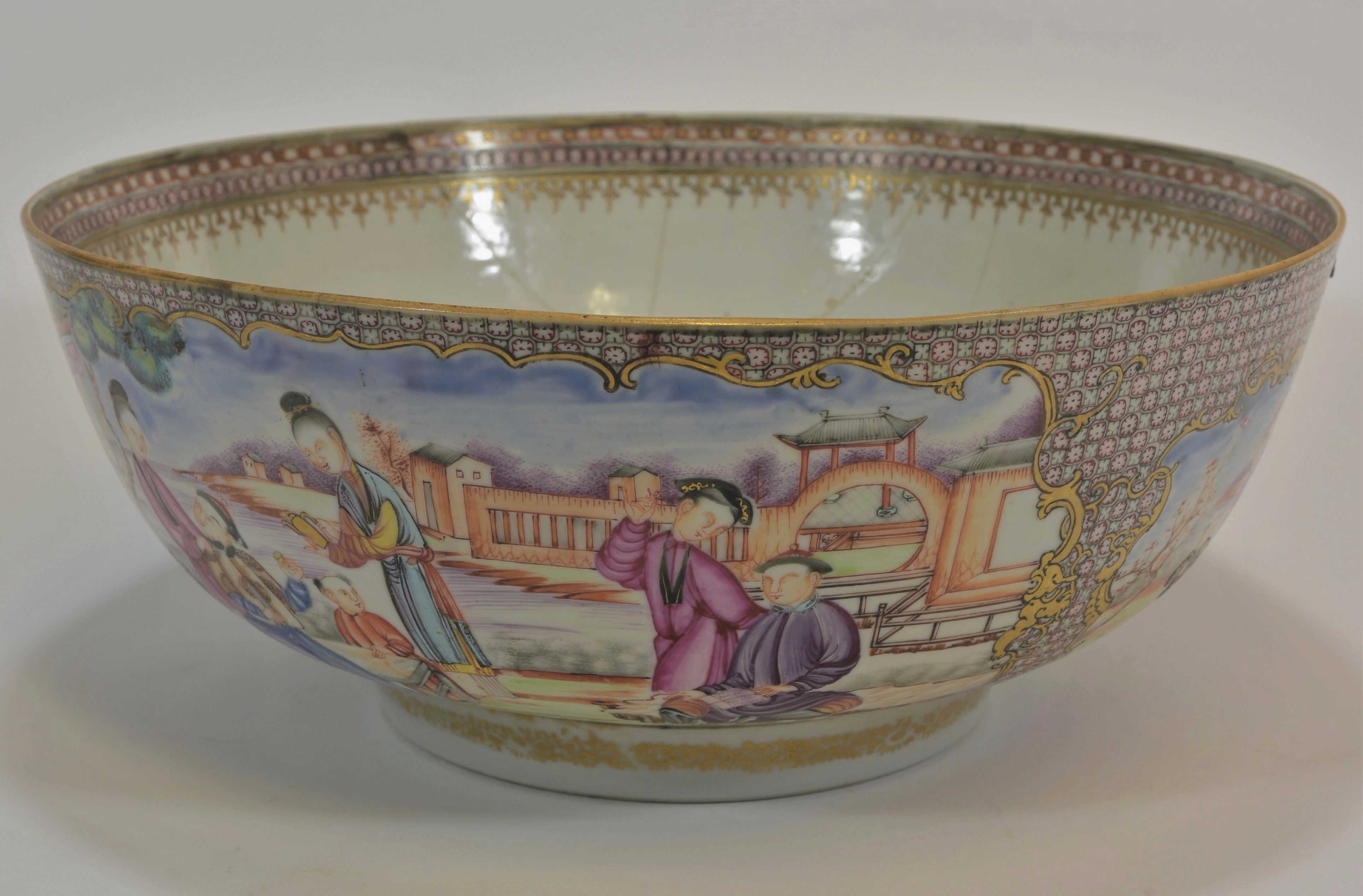 Lot 4 - A 18th century Guanchai punch bowl 29cm diameter清 十八世紀 廣彩人物盌