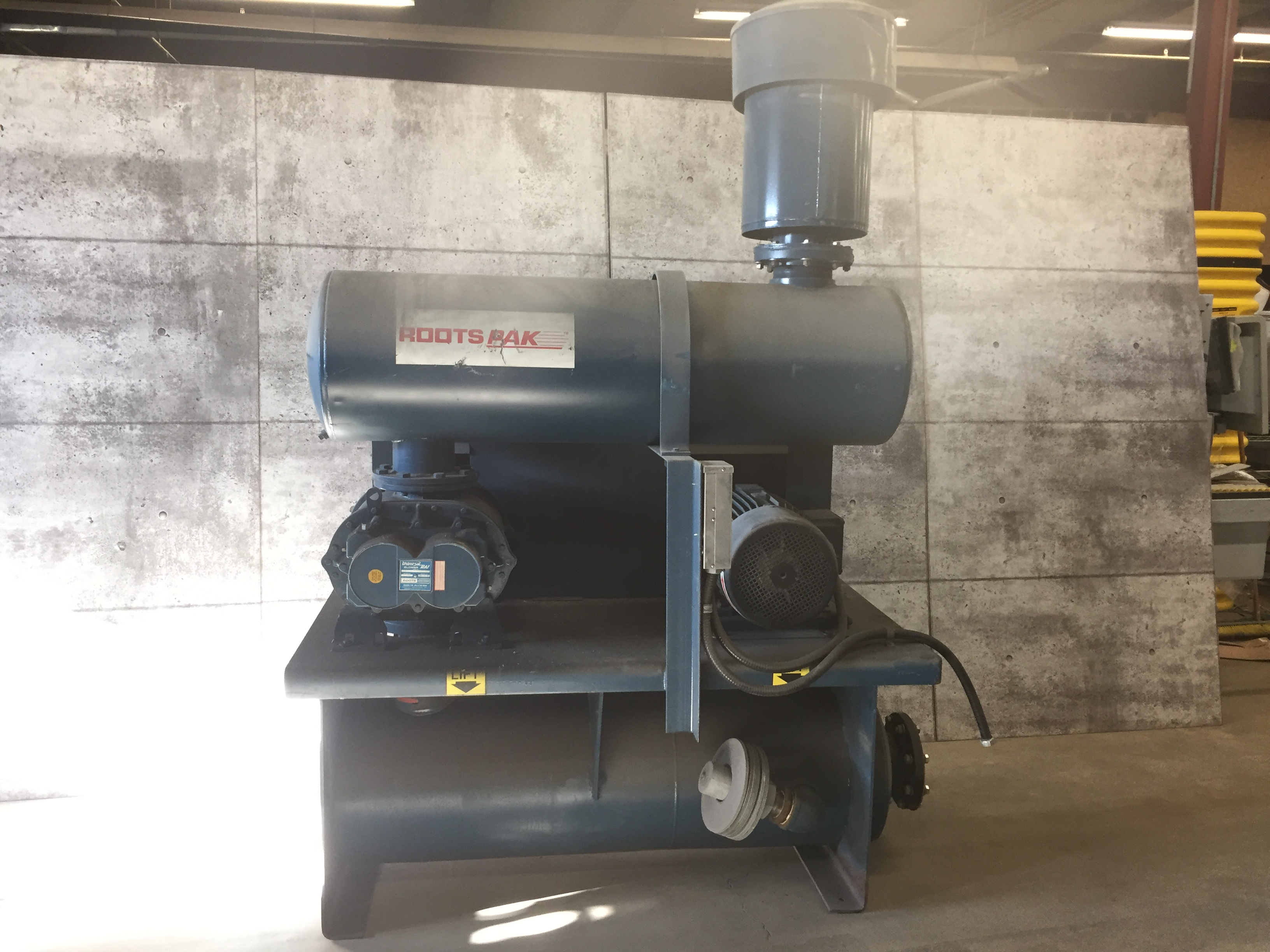 ROOTS HIGH PRESSURE PUMP/BLOWER - USED FOR PUMPING AIR INTO SILOS, ETC. MOVING PRODUCT - SERIAL # - Image 2 of 4