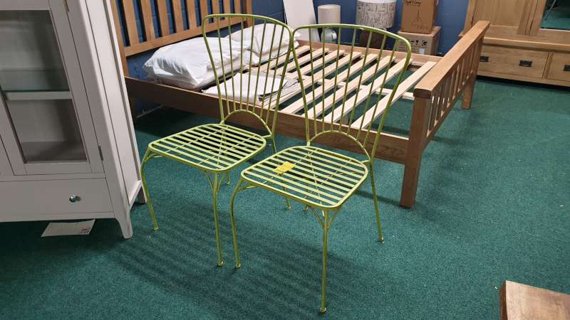 Lote 9 - 2 X VINTAGE STYLE GREEN CHAIRS RRP £104