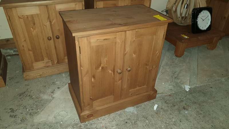 Lote 332 - SOLID WOODEN 2 DOOR CUPBOARD 70 X 40 X 75CM HIGH RRP £349