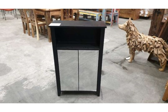 Lote 450 - BRAND NEW BOXED MIRRORED BATHROOM CABINET SIZE L565MM X W250MM X H910MM ( PLEASE NOTE THIS ITEM IS