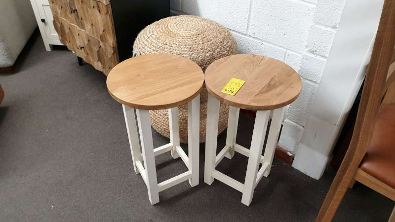 Lote 182 - LOT CONTAINING 2 X SIMPLY OAK WINE TABLES AND 2 X FOOTSTOOLS RRP 400.00
