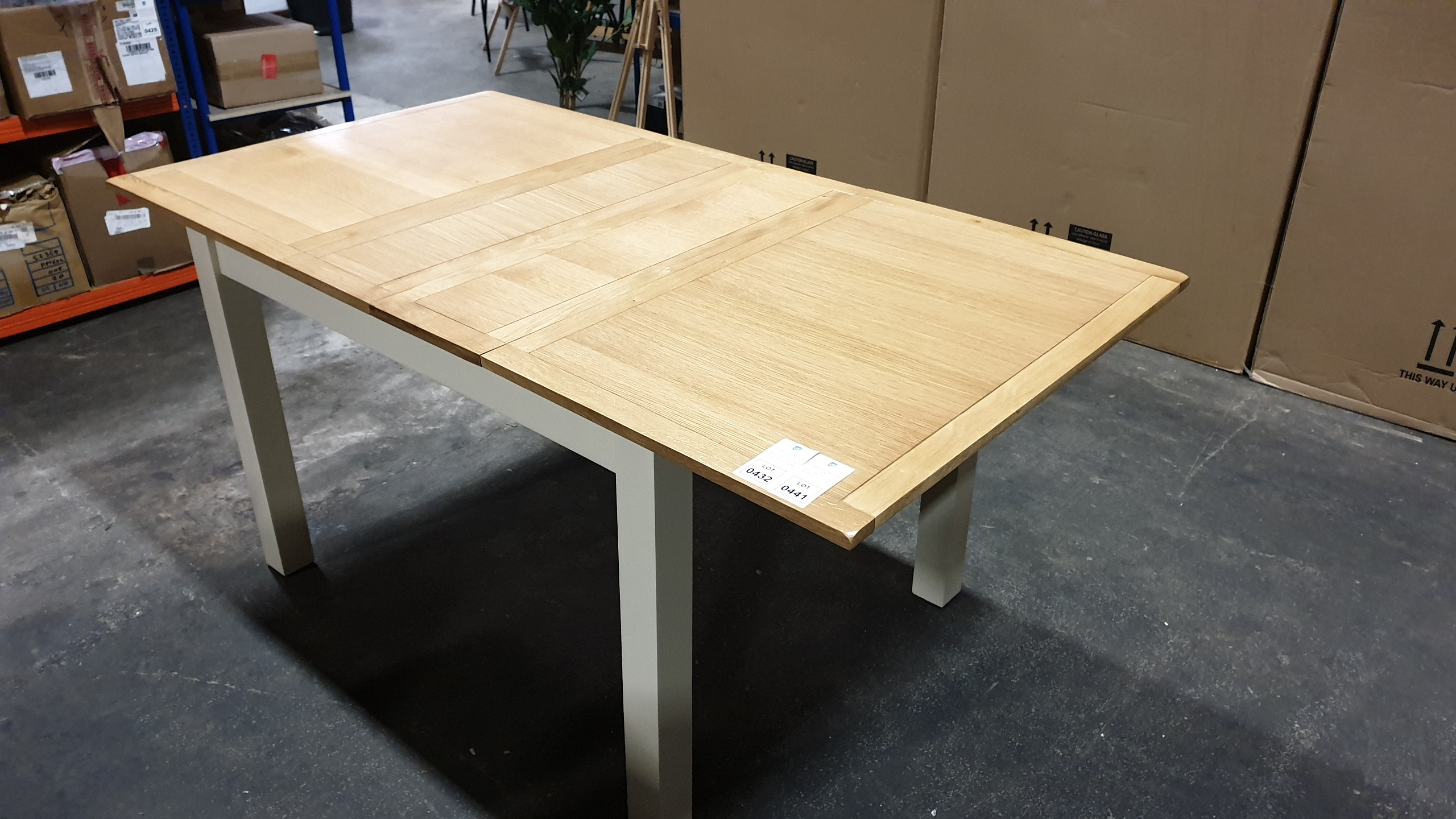 Lote 420 - BRAND NEW BOXED HARROGATE TWO TONE EXTENDING DINING TABLE ( PLEASE NOTE THIS ITEM IS AT CHARLES