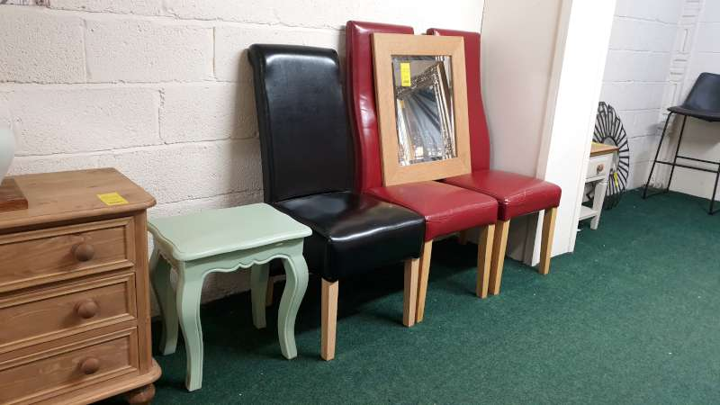 Lote 69 - MISC LOT CONSISTING 3 DINING CHAIRS, A MIRROR AND A SIDE TABLE (ALL MARKED SOLD AS SEEN)