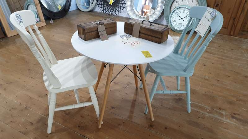 Lote 242 - LOT CONTAINING ROUND TABLE, 2 X CHAIRS, 2 X MINTY BOXES