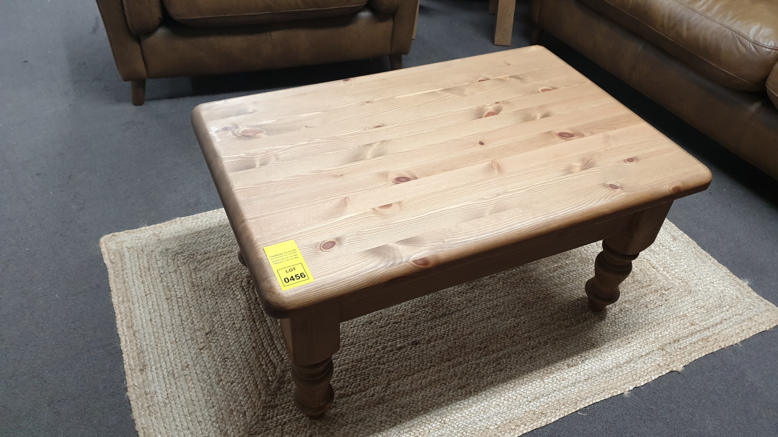 Lote 456 - 3FT X 2FT FARMHOUSE COFFEE TABLE RRP 180.00