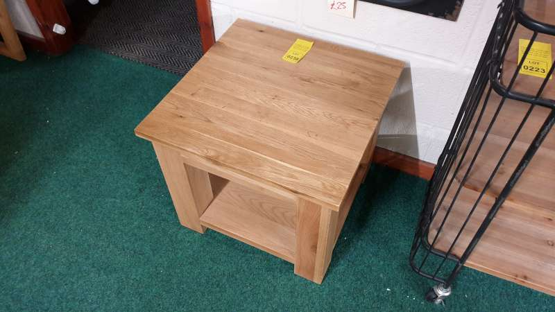 Lote 238 - SIMPLY OAK SQUARE LAMP TABLE SIZE L500MM X W500MM X H435MM RRP199.00