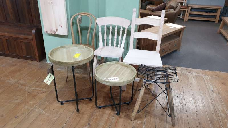 Lote 124 - LOT CONTAINING 3 X VARIOUS CHAIRS, 2 X TIKAL TABLES AND A STOOL