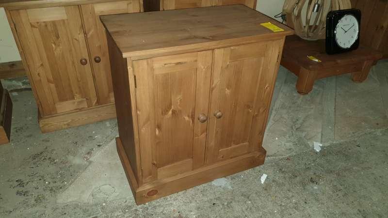 Lote 331 - SOLID WOODEN 2 DOOR CUPBOARD 70 X 40 X 75CM HIGH RRP £349