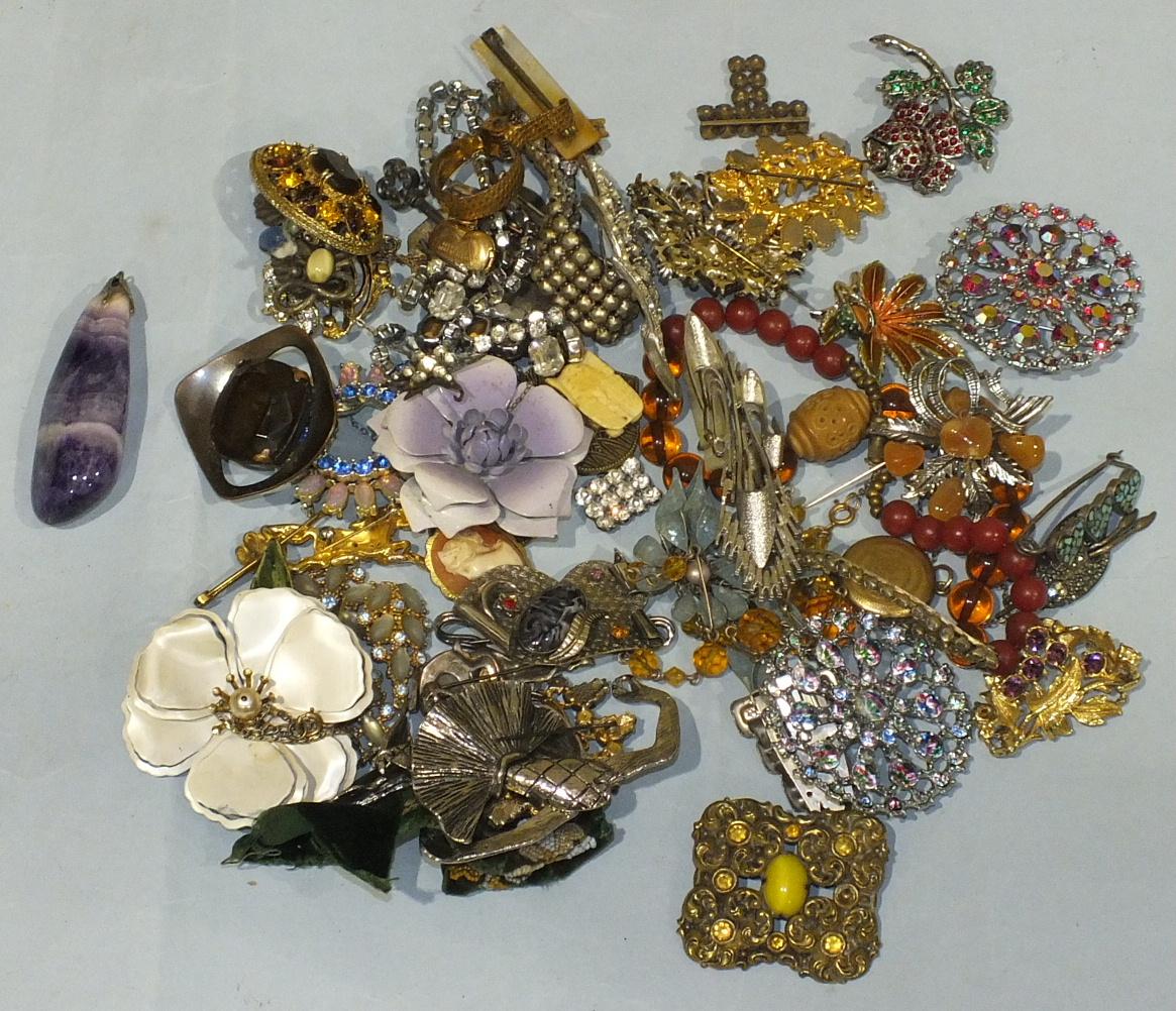 Lot 222 - A quantity of costume jewellery.