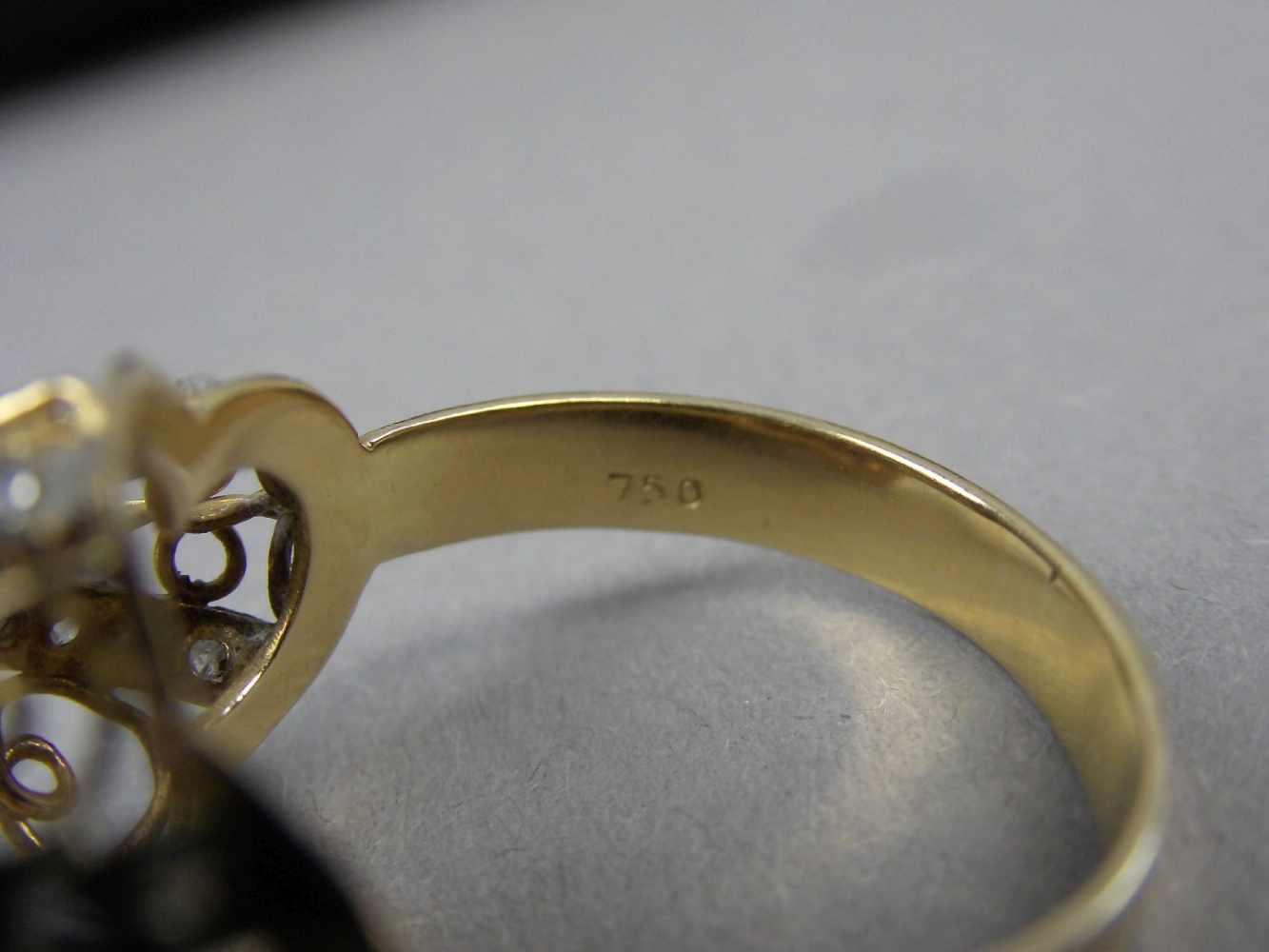 Lot 35 - AUFFÄLLIGER RING, 750er Gelbgold (4,9g), durchbrochen gearbeitet, zentral mit einem Brillanten von