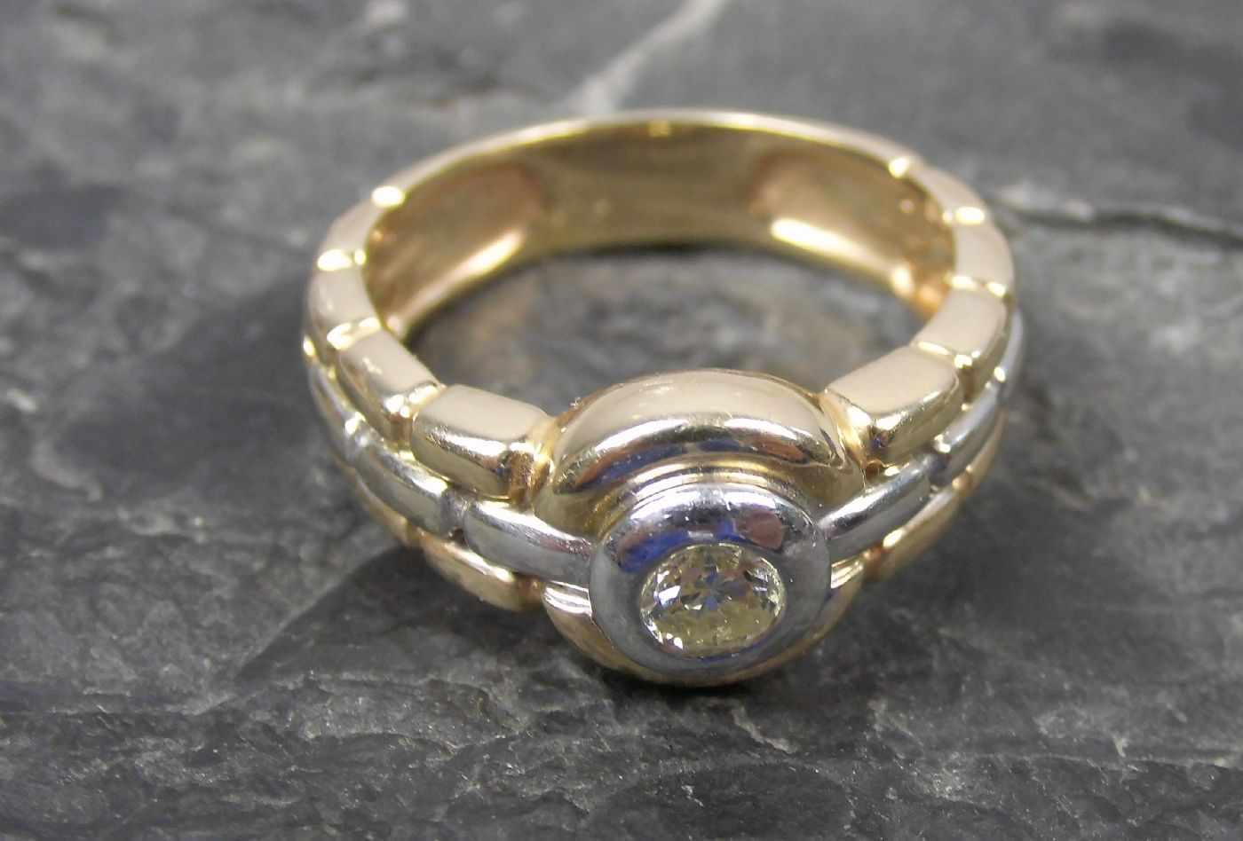 Lot 31 - KLASSISCHER RING, bicolor 585er Gold (6,9g) besetzt mit Brillanten von 0,15ct, Ring-Gr. 57Dieses Los