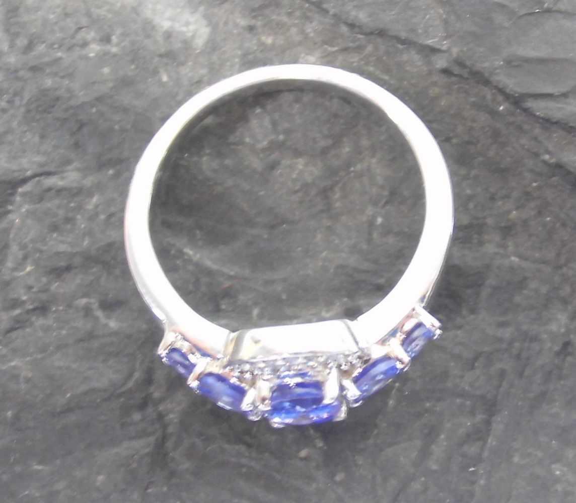 Lot 13 - RING, 417er Weißgold (4,2g), ungetragen, besetzt mit Diamanten (insgesamt 0,07ct) und 5 Saphiren (