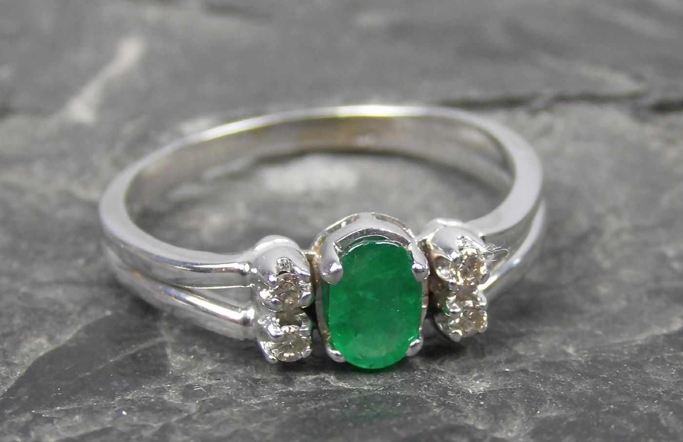 Lot 6 - RING, 585er Weißgold (3,4g), ungetragen, besetzt mit einem Smaragd und 4 Diamanten, Ringgröße 58/