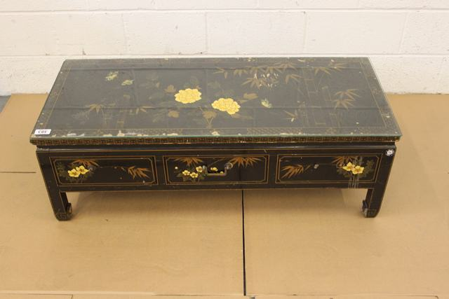 A black laquered coffee table te apron and top decorated for Table induction 71 x 52