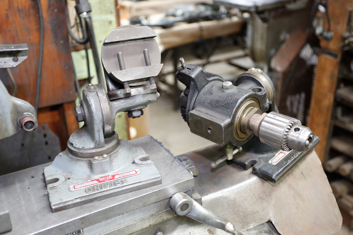 Lotto 56 - DELTA-ROCKWELL UNIVERSAL GRINDER, HAND FEED, W/ 6 X 14 MAGNETIC CHUCK, (2) UNI-VISE, SET OF CENTERS
