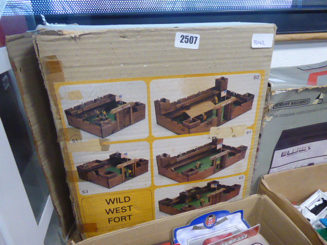 Lot 2507 - Wild West fort in box