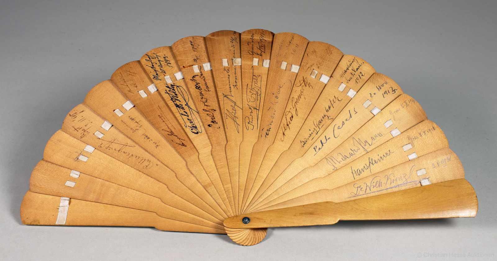 Richard Strauss in einem »bunten« Fächer - 14 Künstlersignaturen auf einem Holzfächer. 1893-1931.