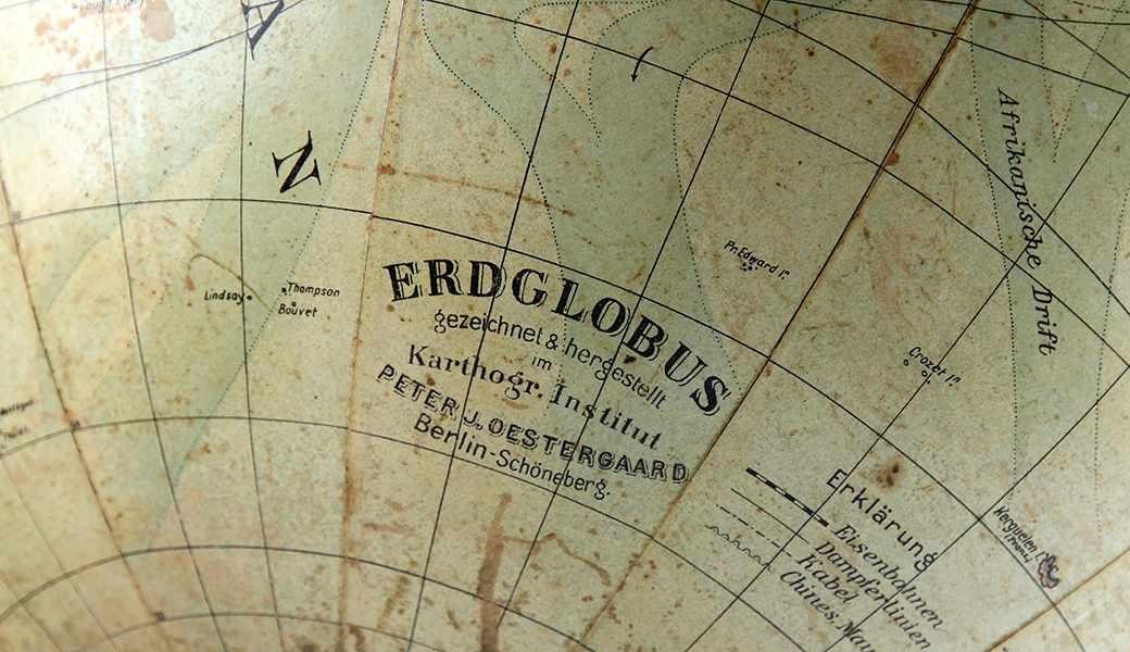 """Lot 24 - Globen - Astronomie - - Erdglobus von Paul Oestergaard. Berlin um 1900, bezeichnet """"Erdglobus,"""