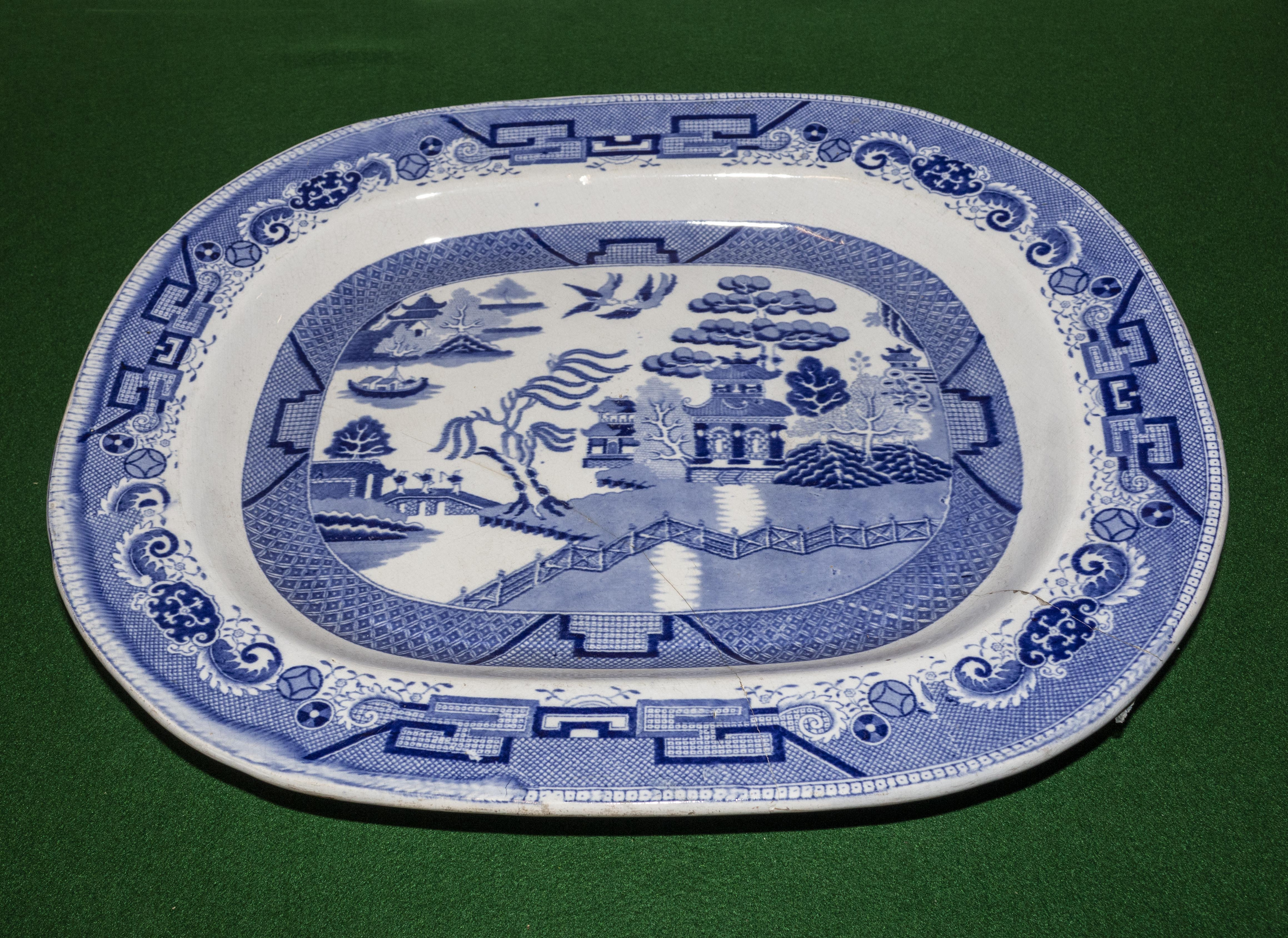 Lot 12 - A blue and white ashet A/F