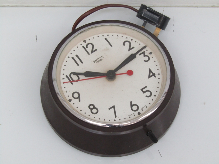 Lot 9042 - A Smith's sectric bakelite cased electric dial clock, case 20.