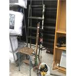 VARIOUS ITEMS TO INCLUDE A METAL STEP LADDER, A VINTAGE FOLDING STEP STOOL, GARDEN TOOLS AND SPARE